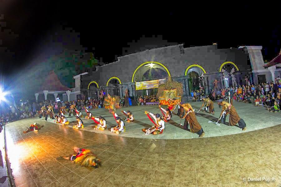 Pementasan Reog di Panggung Utama Alun-alun ponorogo Foto: www.pariwisataponorogo.com