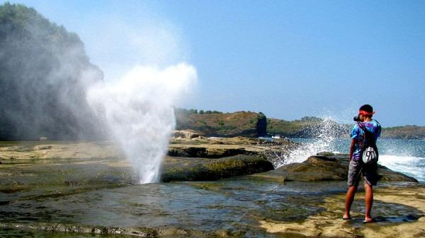 Air-mancur-di-pantai-Klayar-600x337